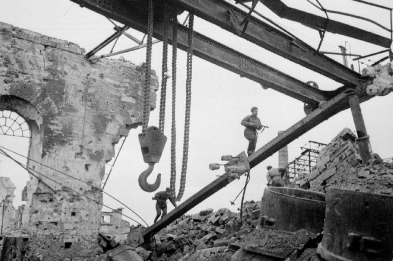 razrushennye_ceha_metallurgicheskogo_zavoda_aprel_1944_goda_haldei_e_a